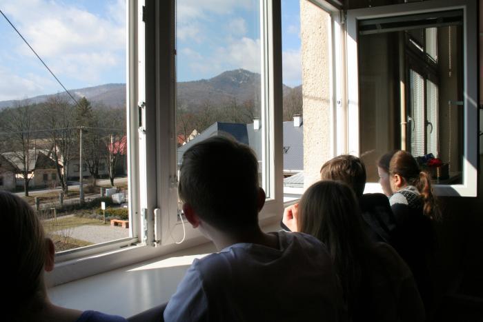 To sme my, nevidno nás, ale nevadí. Pozeráme na vrch Zniev. Na ňom, vo výške 985 m n m. je hrad Zniev