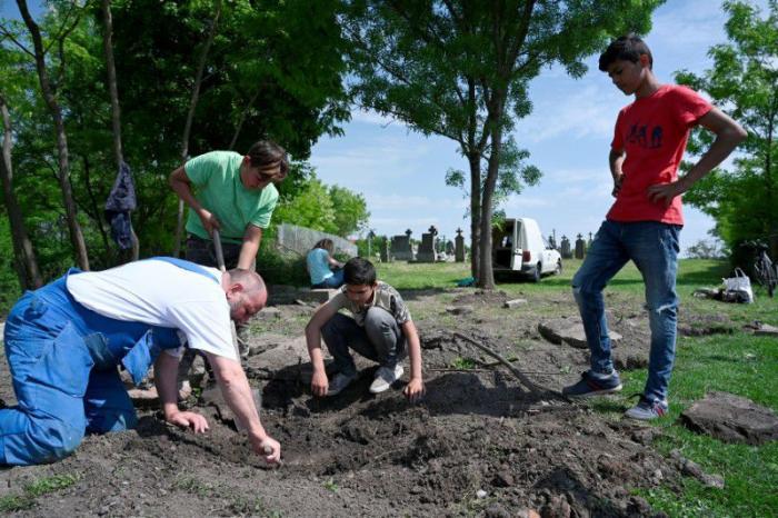 Hneď v apríli,  kedy sme začali  pracovať na úprave cintorína,  sa k nám  pridali aj  šiesti rómski chlapci, ktorí  s nami doteraz odrobili  cca 200 hodín.