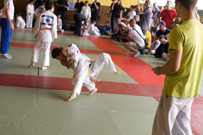 Judo Olympiáda Martin 19.9.2015: zápas chlapcov v kategórii super mini do 26 kg pred rozhodcom, v pozadí ďalšie 2 tatami a diváci